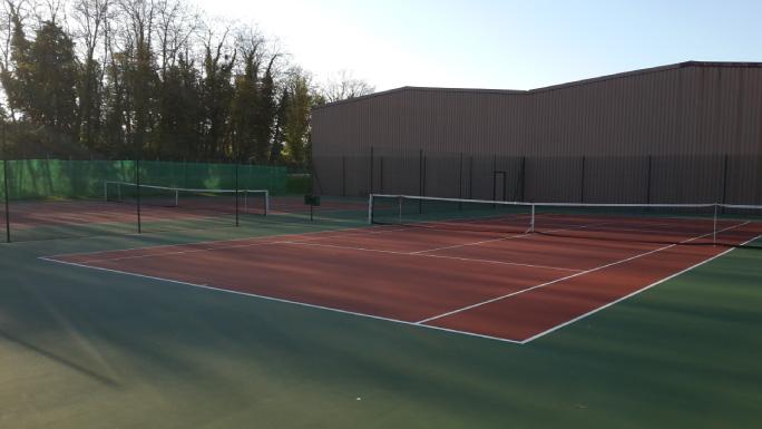 Terrains de Tennis couverts en Greenset à Nogent le Rotrou - Perche - Eure et loir - club de tennis avec courts intérieurs et extérieurs et un club house - Région Centre - Val de loire